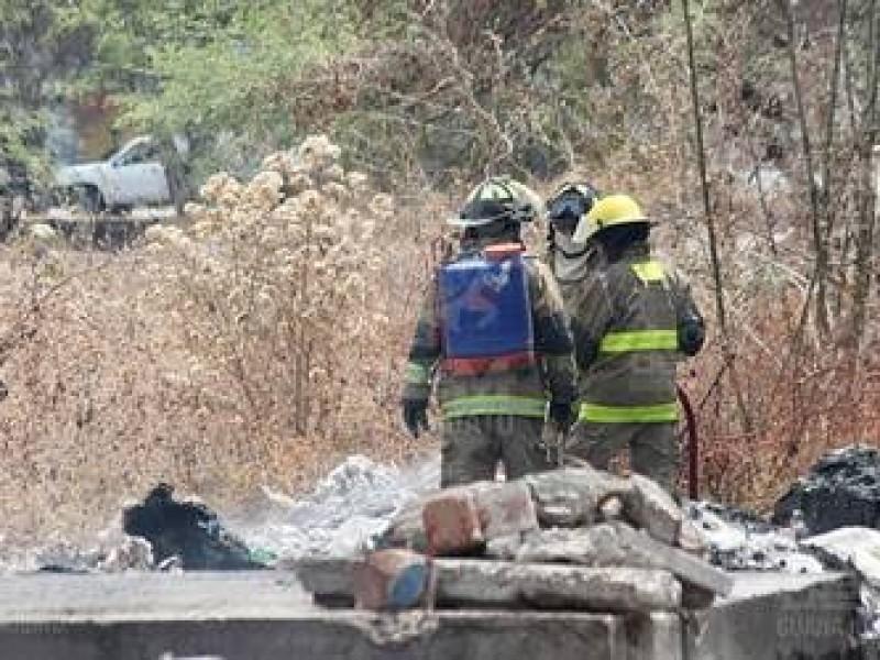 Pese a reciente incendio; autoridades desatienden contaminación en terreno baldío