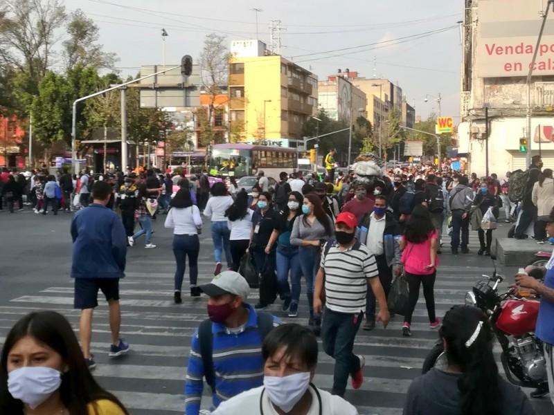 Pese a semáforo rojo, AICM y Centro Histórico con aglomeración