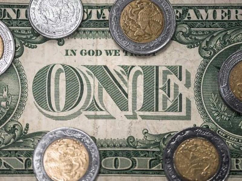 Peso pierde terreno, pero cerrará mes con ganancias