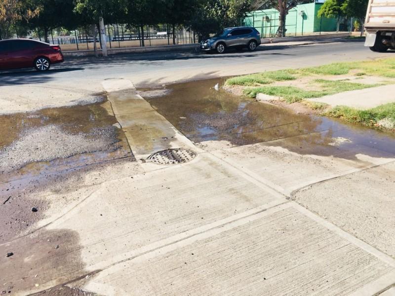 Piden atender fuga de agua en la Colonia Deportiva