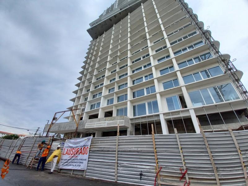 Piden retirar láminas que rodean Torre Centro