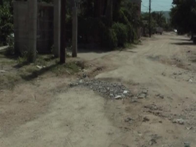 Piden se rehabiliten calles de terracería