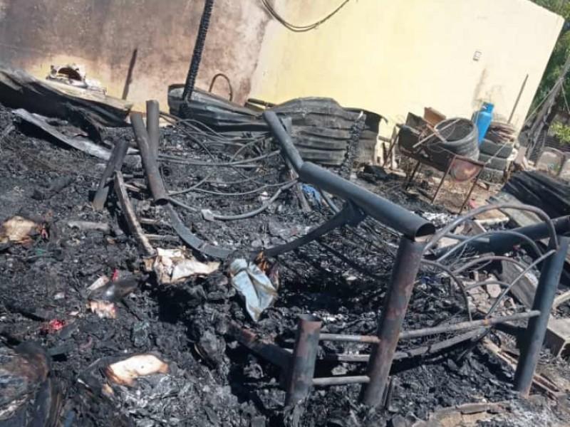 Pierde familia todo tras incendio