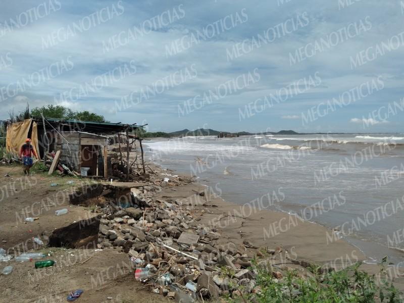 Pierde terreno de playa la Ventosa por creciente del mar