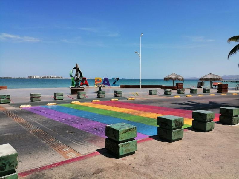 Pintan bandera LGBT en cruce peatonal del malecón