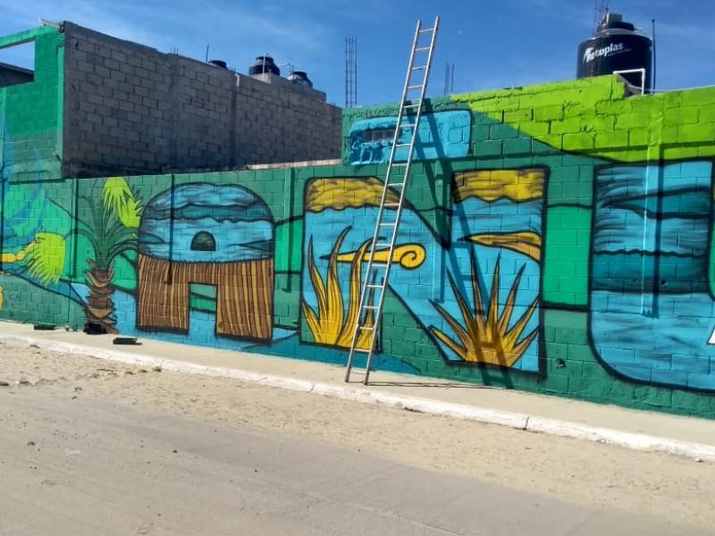 Pintan colorido mural sobre el Estero