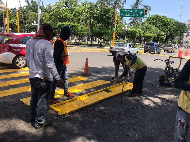 Pintan líneas divisorias de carriles y sendas peatonales en Veracruz