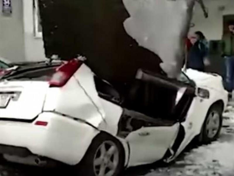 Placa de hormigón cae aplasta un auto mientras era limpiado
