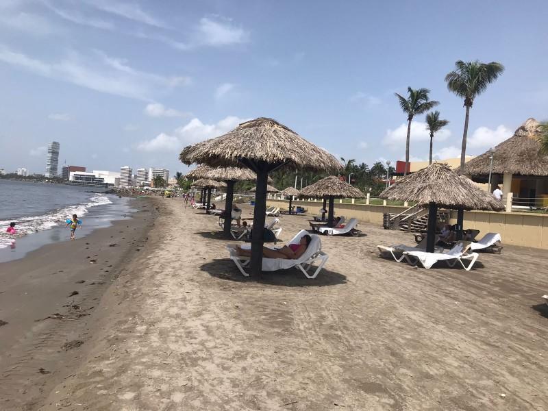 Playas de Boca del Río con pocos visitantes en jueves