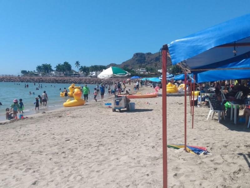 Playas llenas y activo movimiento en yates