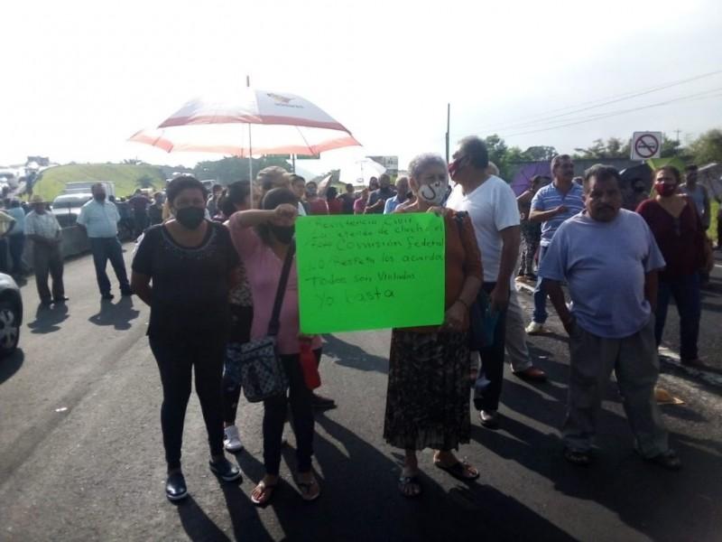 Pobladores cierran carretera Xalapa-Veracruz generando un caos vehicular.