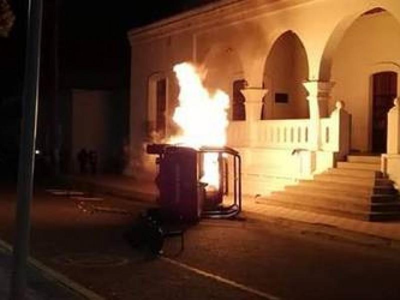Pobladores de Cuyoaco incendian una patrulla