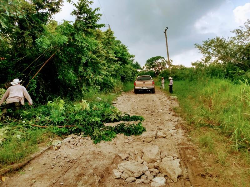Pobladores de Tumilco se organizan para rehabilitar el acceso
