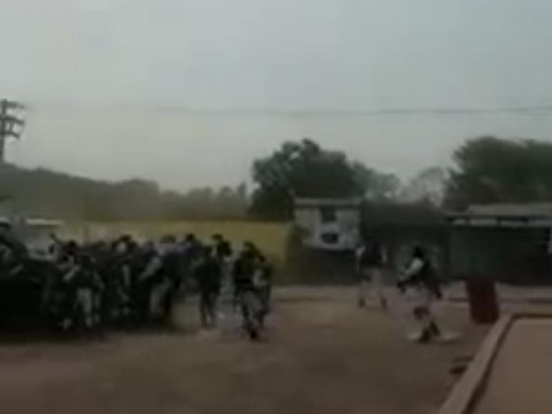 Pobladores enfrentan a elementos de la GN en Aguililla