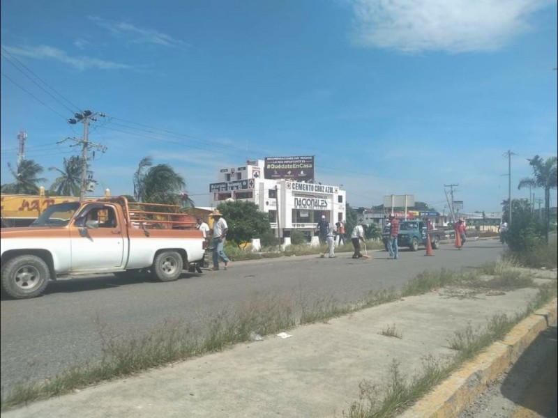 Pobladores unen esfuerzos para bachear calles en Salina Cruz
