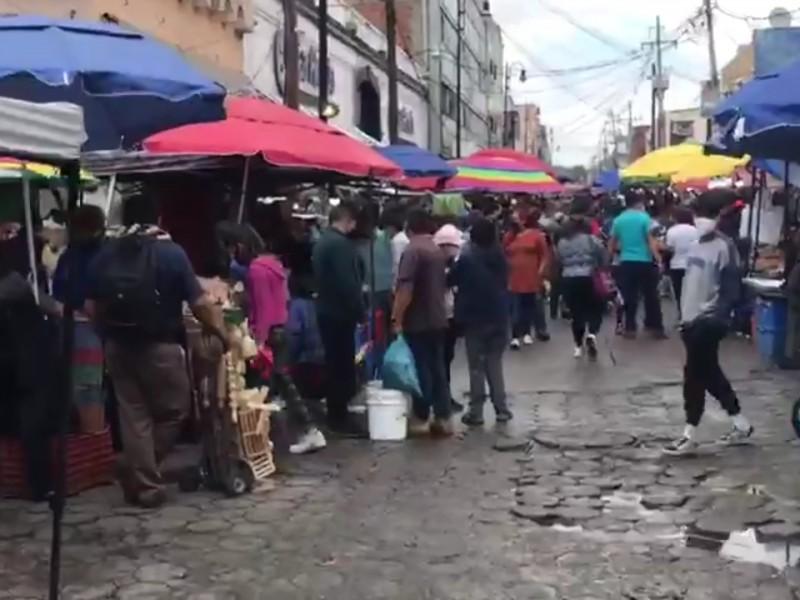 Poblanos abarrotan zona de pescados y mariscos del centro