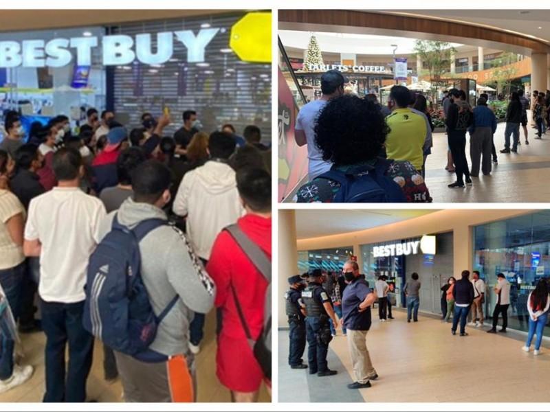 Poblanos generan largas filas para comprar en liquidación de #BestBuy