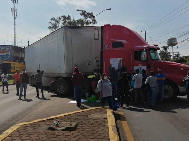 Poder de Base bloquea carreteras en accesos a Uruapan