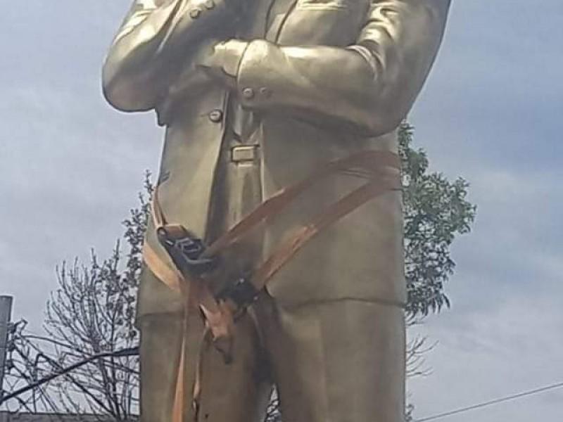 Polémica genera estatua de Richard MacNeils