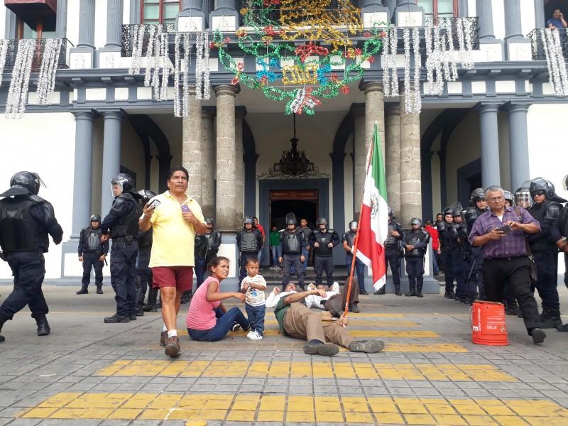 Policia antimotines remueve manifestantes frente a Palacio