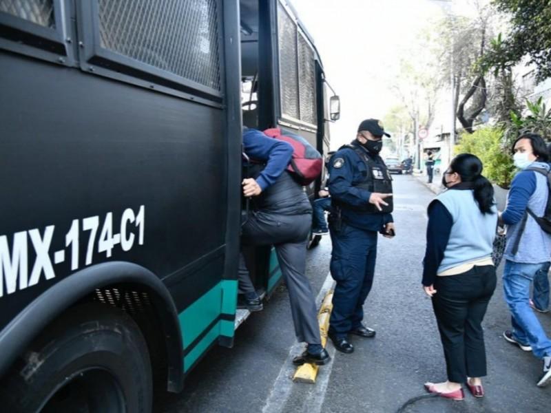 Policía capitalina apoya en traslado de pasajeros varados en Metro