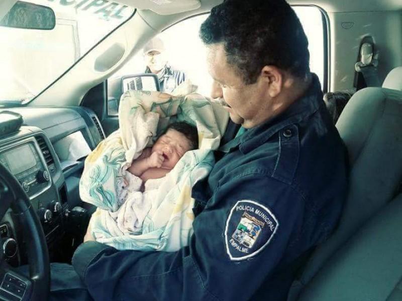 Policías atienden parto a bordo de patrulla