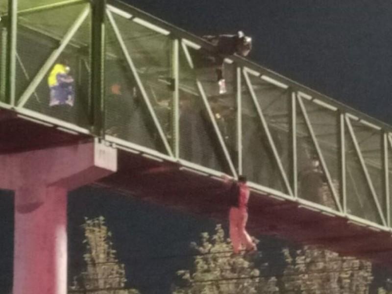 Policías capitalinos evitan suicidio en Puente Peatonal