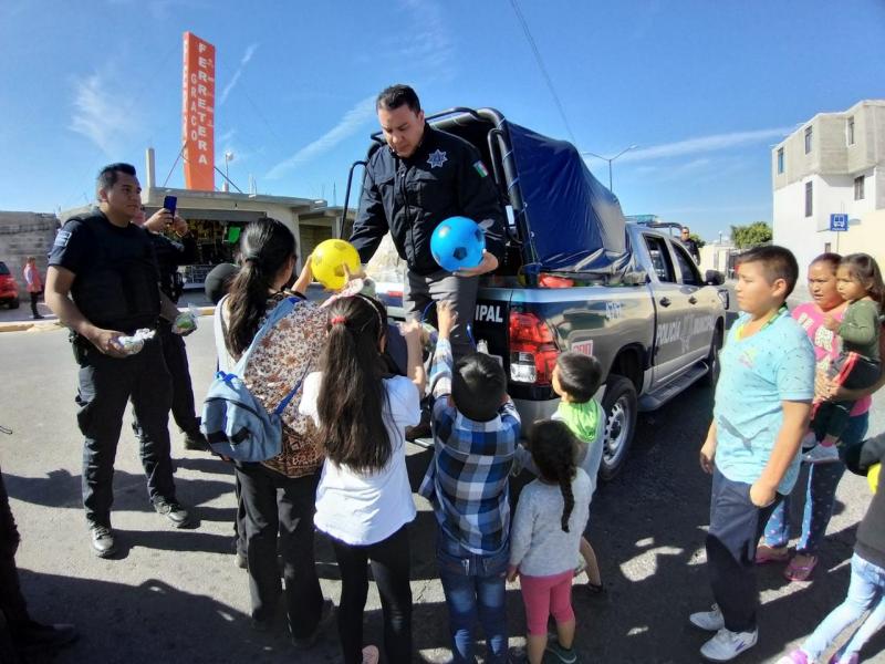 Policías del Marqués reparten juguetes a niños necesitados