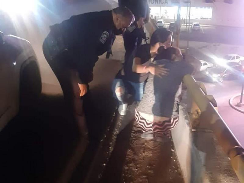 Policías evitan que mujer salte de puente durante la noche