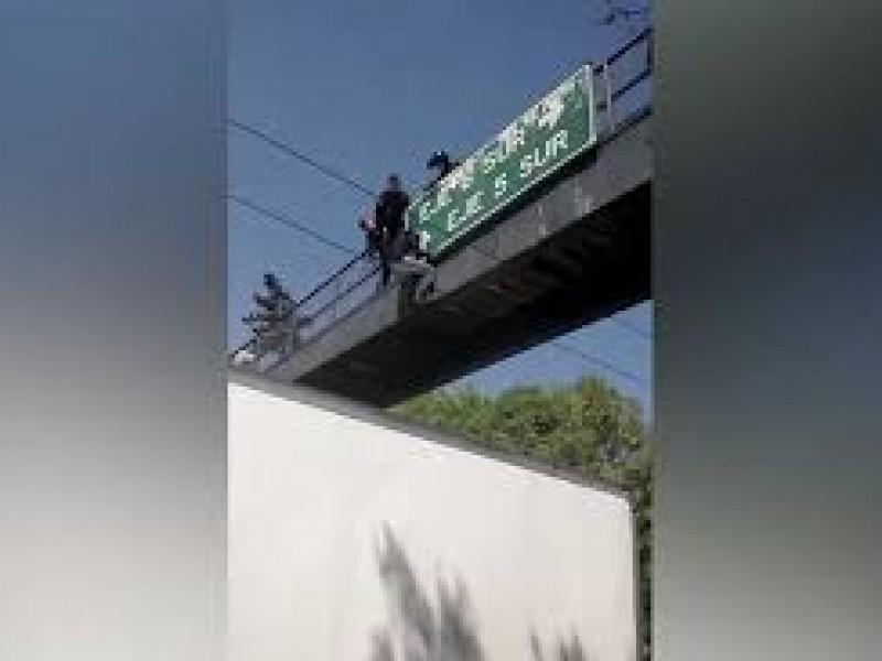 Policías evitan suicidio