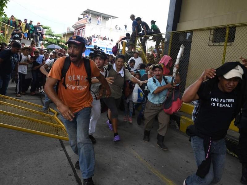Policías federales contienen a migrantes hondureños