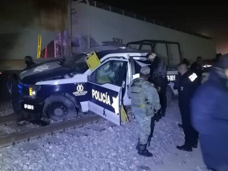 Mueren policías tras intentar ganarle al paso al tren