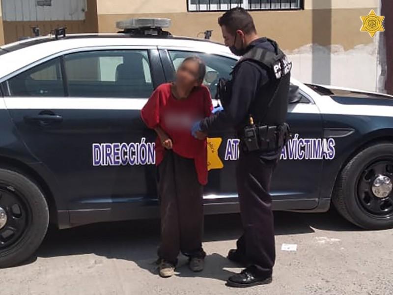 Policías municipales ayudan a adulta mayor a volver a casa