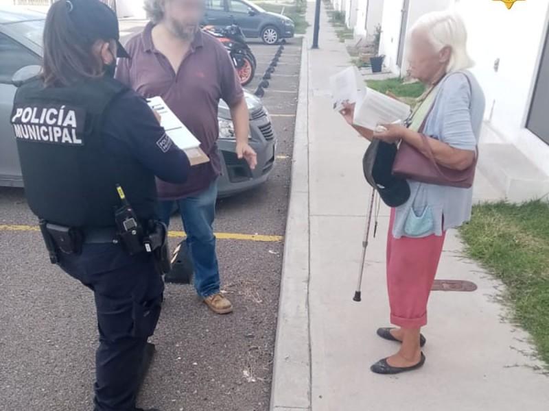 Policías municipales ayudan a adultas mayores a regresar a casa