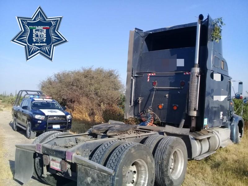 Policías resguardan tractocamión robado