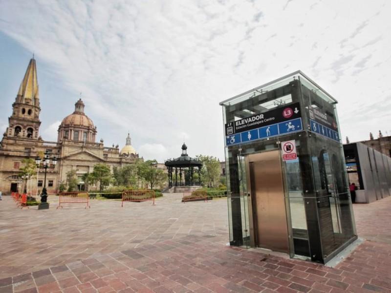 Por arreglos, cierran accesos en dos estaciones de Línea 3