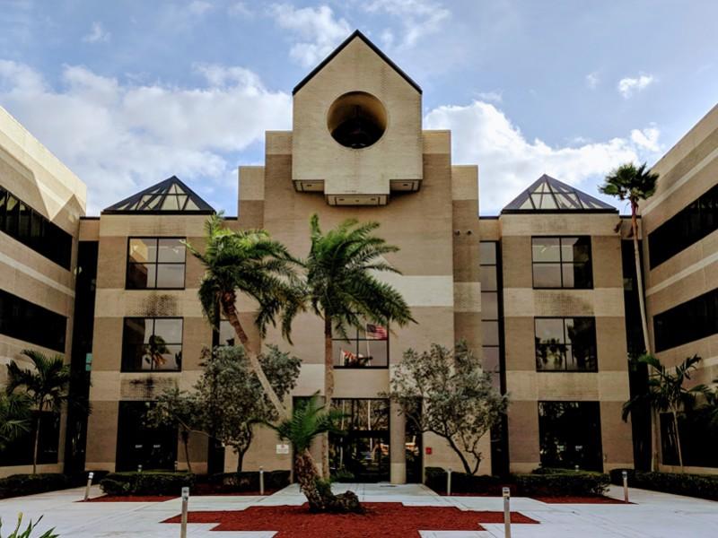 Por brote Covid-19, Florida impone cuarentena a 440 alumnos