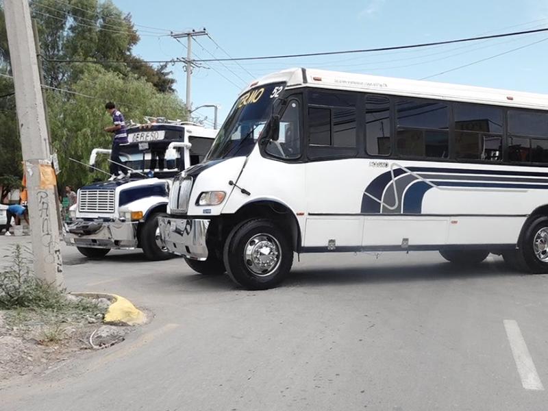 Por defender su ruta, transportistas del Cereso bloquean vialidad