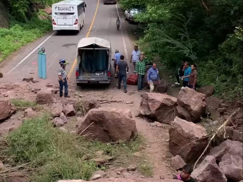 Por derrumbe ayudan indígenas a transportar oxígeno en sierra nayarita