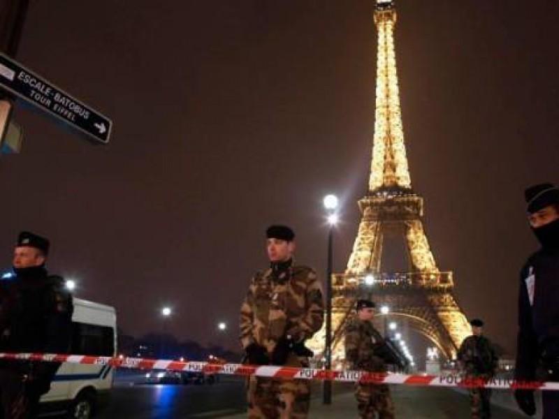 Por falsa amenaza de bomba desalojan Torre Eiffel