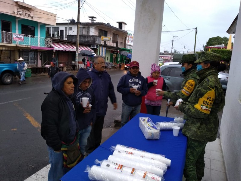 Por frío Sedena reparte bebidas calientes en CerroAzul