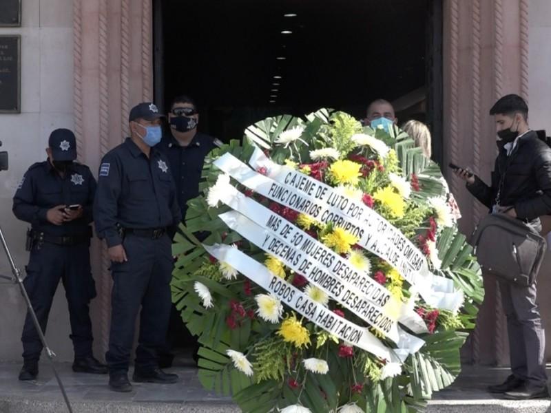 Por muertes, desapariciones y robos colocan corona fuera del ayuntamiento