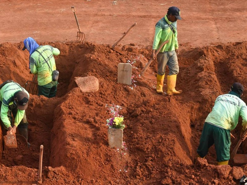 Por no usar cubrebocas, los obligan a cavar tumbas