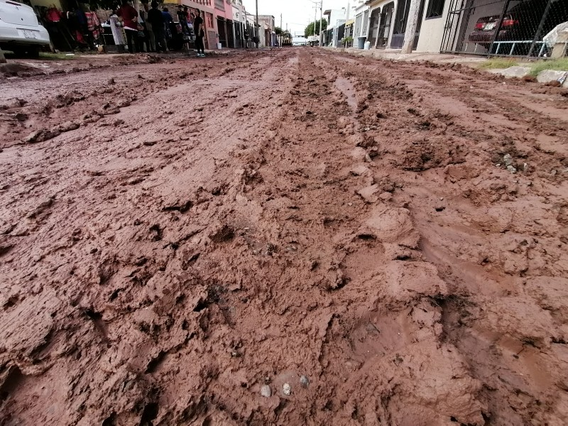 Por obras inconclusas carros se atascan en el lodo