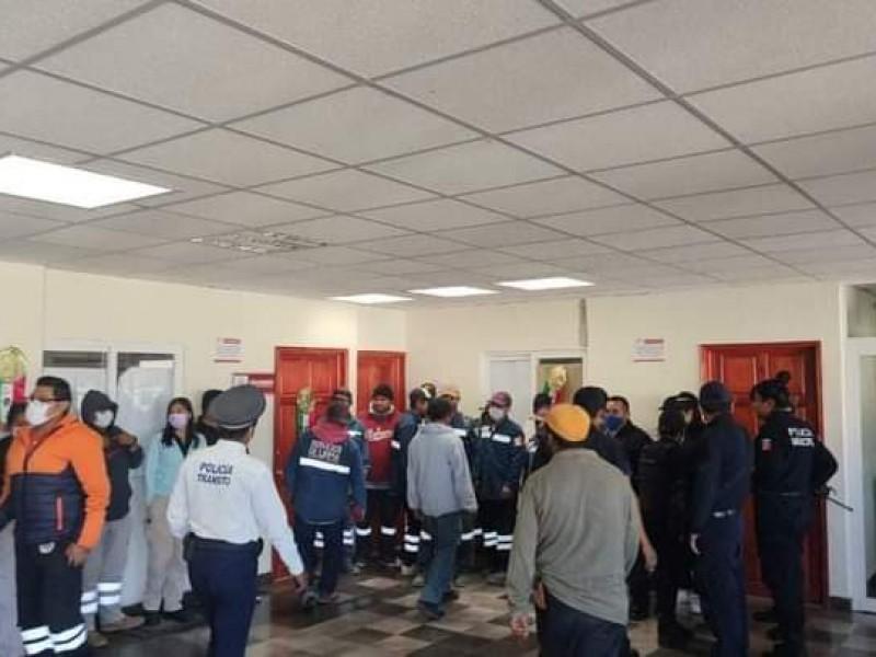 Por pagos hacen paro de labores policías de Tlacotepec