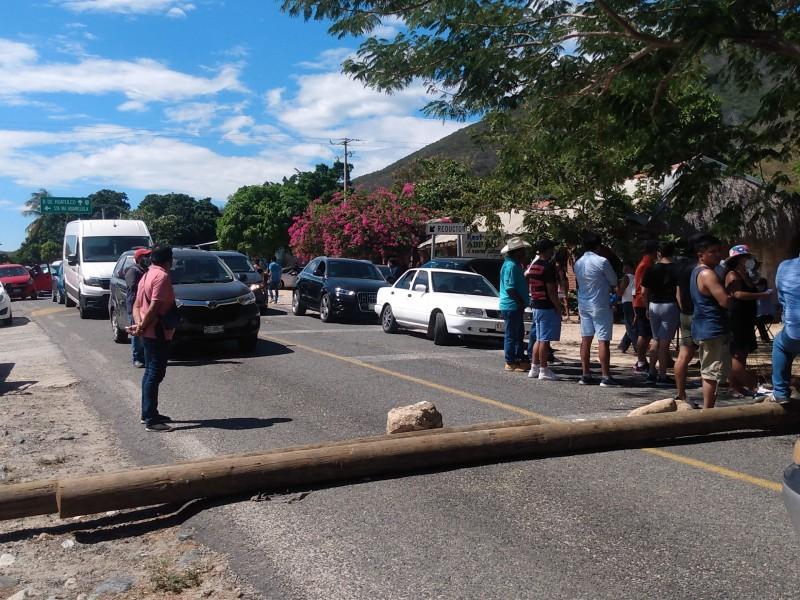 Por señalamientos de corrupción bloquean carretera en Santa María Huamelula