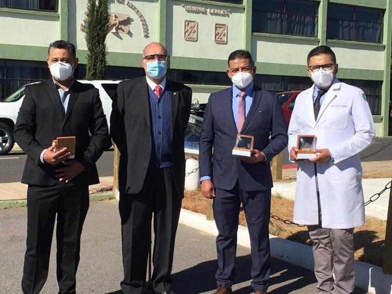Por su ardua labor durante la pandemia médicos reciben condecoraciones