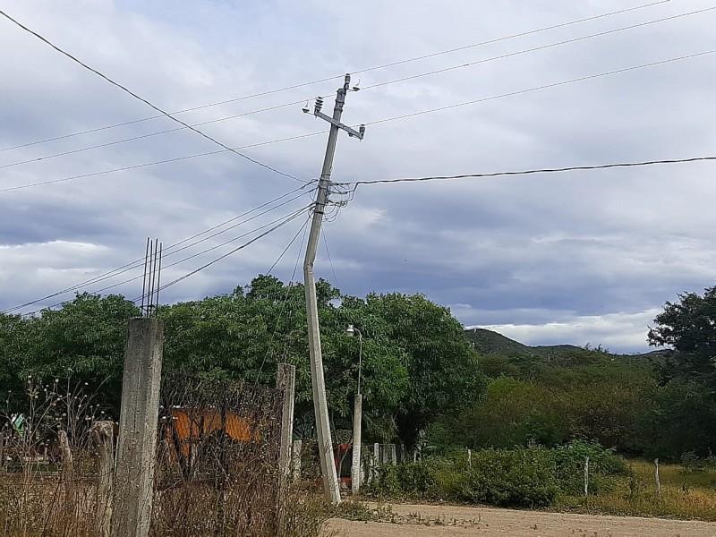 Poste colapsado en la Colonia Hacienda, un riesgo para vecinos