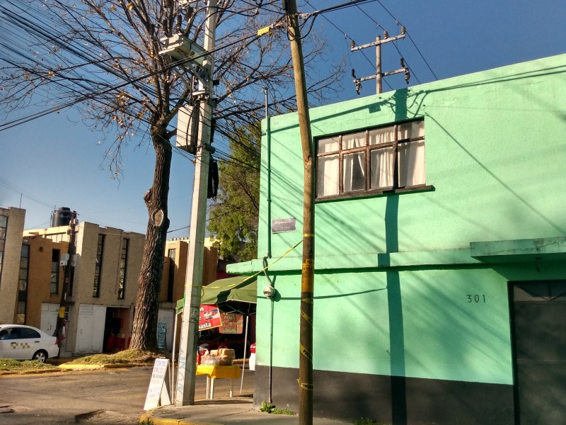 Postes a punto de caer en Toluca