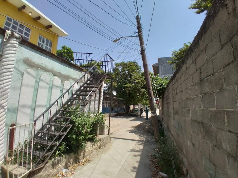 Postes dañados ponen en riesgo a vecinos de Tehuantepec